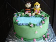 Dort s marcipánovými figurkami včelích medvídků. Dort je možné vyrobit v různých velikostech a přizpůsobit se tak vašim požadavkům. Nejmenší velikost je od 2kg. Náplň dle přání zákazníka, seznam náplní naleznete v záložce Cukrárna. Nápis a číslovka na dort je samozřejmostí. Birthday Cake, Food, Birthday Cakes, Essen, Meals, Yemek, Cake Birthday, Eten