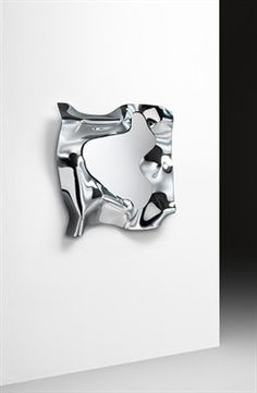 Wall mirror in 6 mm high temperature fused glass, back-silvered. 5 mm flat mirror. Rear frame in painted metal. Can be hung in various positions.