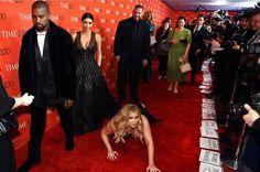 """Amy Schumer """"cai"""" na frente de Kanye West e Kim Kardashian e rapper fica """"100% nem aí"""""""