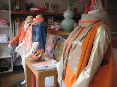 Op de voorgrond, gouden jasje van JOSEPHINE & CO, sjaal goud met oranje, AMOR.