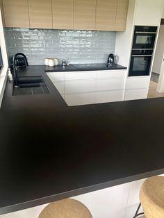 Black stone benchtop Stone Benchtop Kitchen, Stone Kitchen Island, Kitchen Island Bench, Kitchen Reno, Kitchen Backsplash, Black Kitchen Decor, Green Kitchen, Modern Kitchen Design, Moore Park