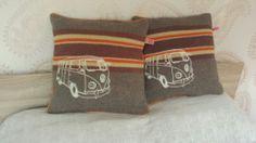 Gemaakt van vintage verhuisdeken en geupstyled met een geborduurde afbeelding van een VW-busje. Diy Pillows, Cushions, Throw Pillows, Volkswagen Bus, Om, Recycling, Create, Inspiration, Vintage