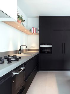 Discover recipes, home ideas, style inspiration and other ideas to try. Best Kitchen Countertops, Modern Kitchen Cabinets, Kitchen Tops, Kitchen Black, New Kitchen Interior, Home Decor Kitchen, Home Kitchens, Diy Kitchen Lighting, Cuisines Design
