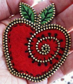 Items similar to Felt and zipper apple brooch on Etsy Felt Crafts, Fabric Crafts, Sewing Crafts, Zipper Jewelry, Fabric Jewelry, Zipper Flowers, Felt Flowers, Fabric Flowers, Artisanats Denim