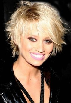 COIFFURE TENDANCE - Coupe très féminine pour cheveux courts - On peut dire que cette jolie femme dégage beaucoup de douceur et de féminité grâce à sa coupe courte, dégradée et effilée, et sa coloration blonde.