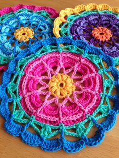 Me gustó mucho este mandala calado.   te dejo el enlace al patrón original en inglés.     http://dascrochetconnection.blogspot.com...