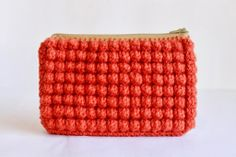 DIY bobble-stitch crocheted clutch with a zipper and a lining. Filet Crochet, Bag Crochet, Crochet Clutch, Crochet Handbags, Crochet Purses, Love Crochet, Beautiful Crochet, Crochet Crafts, Yarn Crafts