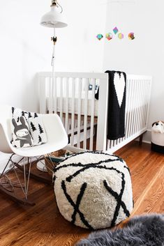 #nursery, #modern, #crib, #ottoman, #black-and-white, #kids-bedroom