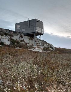 This boxy wooden house by MacKay-Lyons Sweetapple Architects extends over the edge of a rocky outcrop on the Atlantic coastline of Nova Scotia. Residential Architecture, Contemporary Architecture, Architecture Details, Interior Architecture, Cliff House, House On A Hill, Modern Architects, Wooden House, Gaudi