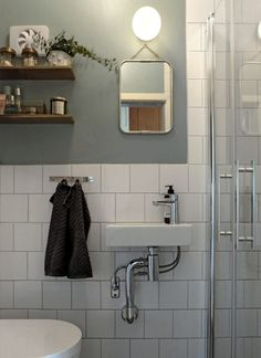 The white bathroom attracts with simplicity, purity and timeless elegance. If you are thinking of decorating your bathroom all in white. Pallet Bathroom, Bathroom Rules, Bathroom Inspo, Bathroom Interior, Home Interior, Bathroom Inspiration, Bathroom Ideas, Bathroom Things, Rental Bathroom