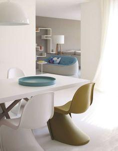 Une salle à manger envahie par le blanc pour un espace lumineux. Plus de photos sur Côté Maison http://petitlien.fr/81m3