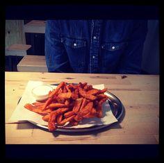Süßkartoffel Pommes mit Aioli Dip @Schiller Burger