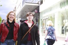 Uta Zech and Anna Dombrowsky are walking through the sauchiehall Street of Glasgow.