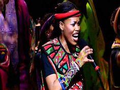 Gospel is een voorloper van Blues.  Soweto Gospel Choir zingt Afrikaanse Gospel, net als de slaven die rond 1890 vanuit Afrika naar Amerika werden gestuurd. Je hoort blues elementen in de Call&Response en de manier van zingen