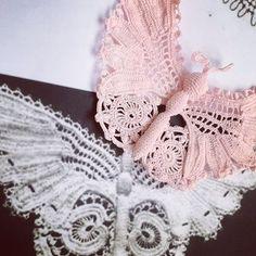 ❤️ Boa Tarde ❤️ #crochet #arte #art #delicado #noivas #flordecroche #renda #crochetflower #crocheirlandes #irishlace #irishcrochet #renda #weeding #casamento #noiva #luxuryhandmade #slowfashion #feitoamao #weeding2017 #artesanato #niteroi #rj #madeinbrazil #fashion #moda #flor #luxofeitoamao #Ирландскоекружево #handmade