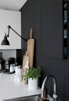 12 Nice Ideas for Your Modern Kitchen Design Of course, when it comes to modern kitchen designs, it takes a lot more than just having a makeover. You need to decide on the concept that you want, whether it is suitable for the space you own, and Decoration Inspiration, Interior Inspiration, Kitchen Inspiration, Decor Ideas, Küchen Design, House Design, Interior Design, Black Kitchens, Home Kitchens