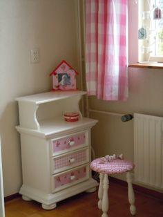 gepimpt kastje met Pip behang, krukje bekleed met Folkore Ribbon roze