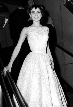 Resultado de imagem para audrey hepburn 1954 oscar dress