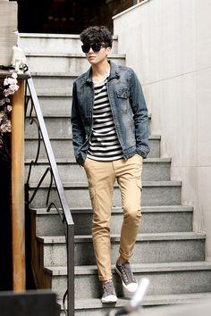 Camiseta listrada, com calça cáqui, jaqueta jeans e tênis.  Look mais casual e…