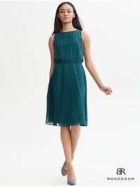Banana Republic BR Monogram accordion-pleat dress - Also love it in this colour Dress Outfits, Fashion Dresses, Dress Up, Love Fashion, Fashion Beauty, Summer Work Dresses, Bridesmaid Inspiration, Turquoise Dress, Modern Outfits