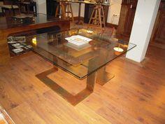 Mesa de centro, fabricada en hierro oxidado y barnizado y tapa de cristal. www.mueblesdelagranja.es