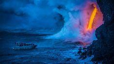 Ein Ausflugsboot vor einem ins Meer fließenden Lavastrom, Hawaiʻi-Volcanoes-Nationalpark, Hawaii, USA Hawaii Volcanoes National Park, Volcano National Park, Mantra, Lava Flow, Parc National, Big Island, Natural Wonders, Beautiful Places, Travel