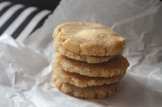 Lucuma Shortbread Cookies Free, Ingredients: Cashew Whole Nuts, not soaked Desiccated Coconut 4 Tbsp NUA Naturals Lucuma Powder 4 tbsp. Cookie Desserts, Just Desserts, Cookie Recipes, Raw Food Recipes, Baking Recipes, Dessert Recipes, Chocolate Chip Shortbread Cookies, Walnut Cookies, Flourless Desserts