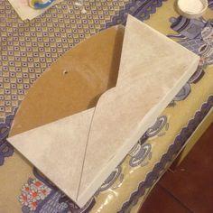 Passar duas demãos de tinta pra branca para artesanato. Lixar se houver imperfeições.