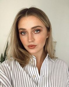 Whenever you do eye makeup, make your eyes look brighter. Your eye make-up ought to make your eyes stand out amongst the other functions of your face. Skin Makeup, Beauty Makeup, Hair Beauty, Makeup Blog, Makeup Tips, Allana Davison, Full Coverage Makeup, Hippie Makeup, Hourglass Makeup