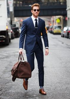 dark blue suit, white business shirt, brown leather oxford shoes, brown canvas travel bag for men - Wedding kina - Anzug Muster Mens Fashion Blog, Fashion Mode, Mens Fashion Suits, Mens Suits, 80s Fashion, Fashion Outlet, Paris Fashion, Runway Fashion, Fashion Ideas