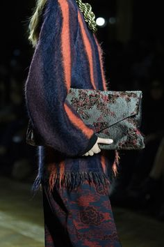 Van Noten Fall 2015 Collection - Female Paris Style Here's Why Dries Van Noten Continues To Hold The Title Of Mix Master Paris Fashion, Fashion Bags, Runway Fashion, High Fashion, Womens Fashion, Fashion Trends, Textiles, Dries Van Noten, Fashion Details
