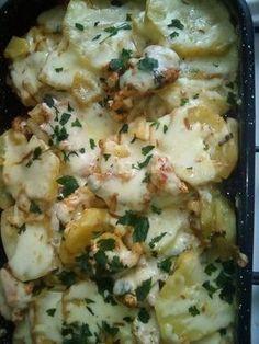 Sütőbensült krumpli csirkemell csíkokkal, sajttal a tetején. Egyszerű de finom
