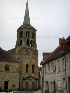 Évaux-les-Bains: Hall of the Saint-Pierre-et-Saint-Paul church and houses of the spa town, in the Pays de Combraille area - France-Voyage.com