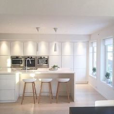 Waterfall on island counter and combine storage/seating in overhang Kitchen Room Design, Home Decor Kitchen, Kitchen Interior, Interior Design Living Room, Kitchen Dining, Interior Decorating, White Decor, Beautiful Kitchens, Kitchen Remodel