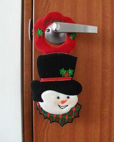 Adorno Para Chapa Puerta - Bordados Oma Diy Christmas Tree Garland, Country Christmas Decorations, Christmas Candles, Christmas Ornaments, Felt Snowman, Snowman Crafts, Christmas Projects, Christmas Crafts, Christmas Sewing