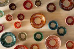 丸嘉小坂漆器店が製作する「蕾クリスタルボウル」の紹介。漆硝子の新しくて美しい形を体現したものとなっている。その美しさはテーブルに置いておくだけで、インテリアのような存在感。食卓の器としても、空間をより一層華やかに盛り上げる。