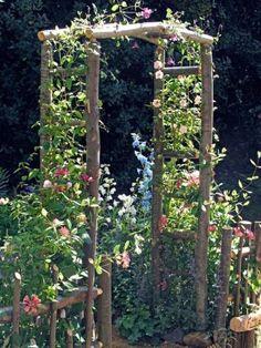 Quando si tratta di dividere gli spazi del giardino, piuttosto che dell'orto, si possono trovare diverse soluzioni; molto spesso si ricorre a piccoli recinti realizzati con i più svariati mat…