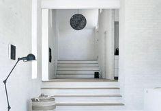 A Copenhagen, Fredensborg House è una villa su 5 livelli arredata con toni neutri, materiali naturali e illuminata da tanta luce naturale
