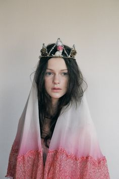 The Queen with the crown of sparky Pipe cleaners and Cartoon cats. Viviane Sassen, Invisible Crown, Estilo Retro, Tiaras And Crowns, Poses, Headdress, Marie, Fashion Photography, Girly