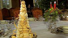 Mette Blomsterberg lager kransekake i Det søte juleliv. Hun forklarer hvordan du lager ringer og setter dem sammen til den flotte, høye kaken. Sweets, Table Decorations, Cookies, Tv, Crack Crackers, Gummi Candy, Candy, Biscuits, Television Set