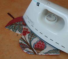 un étui à ciseaux – Créativités manuelles Home Appliances, Iron, Sewing, Bags, Articles, Scrappy Quilts, Scissors, Fabric, Accessories