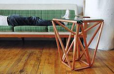 Com esta mesinha de canto com canos de metal a sua sala vai ficar ainda mais bonita (Foto: paulloebach.com)