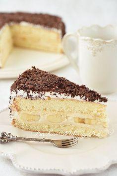 Rezept für Bananentorte mit Milchkonfitüre- Creme. Eine leichte Torte mit Bananen und Mascarpone- Creme mit Milchkonfitüre. Die Torte ist mit geschlagener Sahne eingestrichen und mit Schokoraspeln verziert.