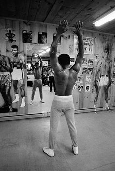 Photographer Peter Angelo Simon was allowed rare access to Muhammad Ali as he trained in Pennsylvania during the summer of 1974 for his fight against George Foreman. Mohamed Ali, Kickboxing, Muay Thai, Jiu Jitsu, New York Times, Boxe Fight, Assurance Vie, Heavyweight Boxing, Sting Like A Bee