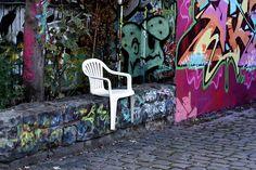 Usando apenas calor, o designer Bert Löeschner transformou cadeiras de plástico em personagens