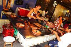 パラグアイの鉄板焼き屋さん from Asuncion,Paraguay. ボリビアのサンタクルスからパラグアイに入国し、首都アスンシオンへ。宿泊先に隣接する市場を散策中、一軒の屋台の前で足を止めてしまった。
