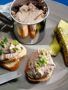 Печень куриная, Лук репчатый, Масло сливочное, Масло растительное, Сливки 20%-ные, Молоко 3,2%-ное, Соль, Перец черный молотый