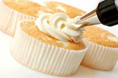 Angel Food Cake Cupcakes w/ Whipped Cream Cheese Frosting Cake Mix Recipes, Pound Cake Recipes, Frosting Recipes, Cake Mixes, Mexican Paste Recipe, Biscuit Spread, Peanut Butter Icing, Whipped Cream Cheese Frosting, Kenwood Cooking