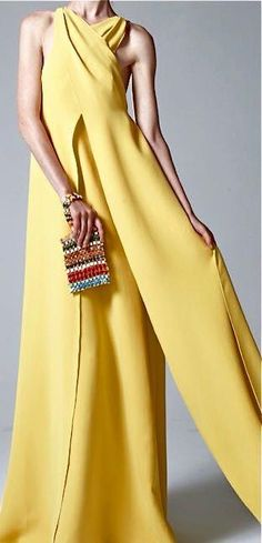 Rosie Assoulin V Yellow Fashion, Love Fashion, High Fashion, Womens Fashion, Fashion Design, Fashion Trends, Estilo Glamour, Jaune Orange, Mellow Yellow