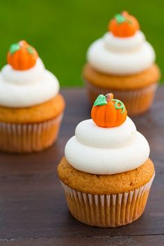 Pumpkin+Cupcakes+with+Cream+Cheese+Frosting